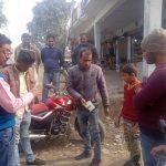 भाजपा नेता ने गरीब से घूस लेते बिजली विभाग कर्मी को रंगे हाथ पकड़ा और पैसे वापस कराया
