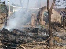 कब्जा हटाने गई टीम के सामने जलने लगी झोपड़ी, गुस्साए ग्रमीणों ने तहसीलदार व राजस्वकर्मियों को दौड़ाया